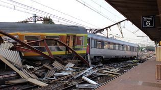 Le train Paris-Limoges après son déraillement à Brétigny-sur-Orge (Essonne), le 12 juillet 2013. (AFP)