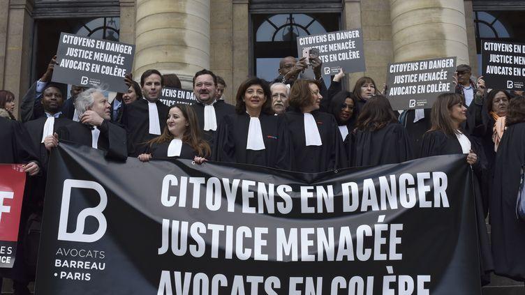 Des avocats manifestent devant le palais de justice de Paris, mercredi 21 mars, contre le projet de loi de programmation pour la justice présenté par la ministre Nicole Belloubet le 9 mars 2018. (PATRICE PIERROT / CROWDSPARK)