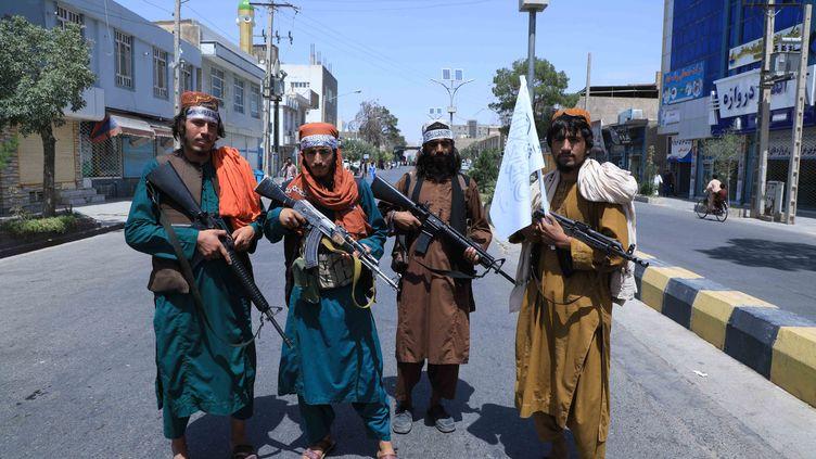 Les talibans contrôlent une route, le 19 août 2021, à Herat, enAfghanistan. (AREF KARIMI / AFP)