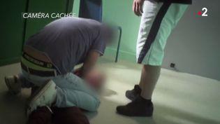 Un enfant plaqué au sol dans un foyer d'accueil (Capture d'écran France 2)