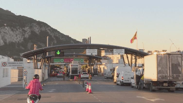 Drogue et chômage côté espagnol, plein emploi à Gibraltar. La situation est diamétralement opposée de part et d'autre de la frontière mais à quelques mois du Brexit, la même inquiétude prédomine.  (France 24)