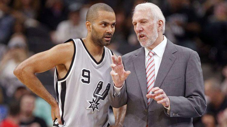 Tony Parker en discussion avec son entraîneur Gregg Popovich