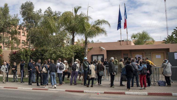 Des Français bloqués au Maroc en pleine crise du coronavirus font la queue devant le consulat de France à Marrakech, le 17 mars 2020. (FADEL SENNA / AFP)