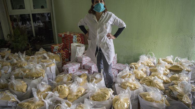 Une bénévole prépare desdons alimentaires à Casablanca, le 8 avril 2020. (FADEL SENNA / AFP)