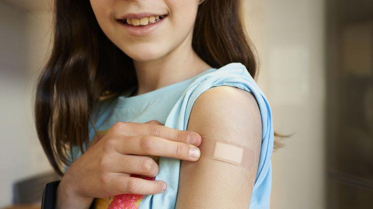 Les ados volontaires pour la vaccination contre le Covid-19. (Illustration) (AIRE IMAGES / MOMENT RF / GETTY IMAGES)