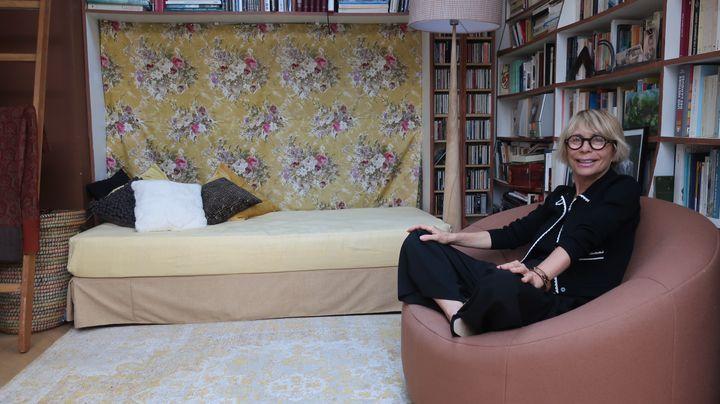 La traductrice Josée Kamoun, chez elle à Paris le 22 juin 2020 (Laurence Houot / FRANCEINFO Culture)