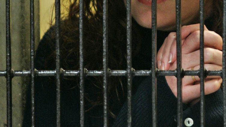 Florence Cassez écoute son avocat à la prison de Mexico (Mexique), le22 janvier 2008. (RONALDO SCHEMIDT / AFP)