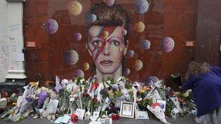 """Fresque à l'éfigie de David Bowie, époque """"Aladin Sane"""", à Brixton (G-B)  (Daniel LEAL-OLIVAS / AFP)"""