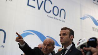 Le PDG de Cevital, Issad Rebrab et le président Emmanuel Macron, lors de la visite du site de Charleville-Mézières, le 7 novembre 2018. (FRANÇOIS MORI / AFP)