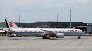 Un avion d'Air China, à l'aéroport de Montréal, le 1er juin 2018. (DANIEL SLIM / AFP)
