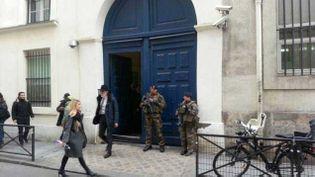 (Des militaires devant un établissement juif © Radio France/Mathilde Lemaire)