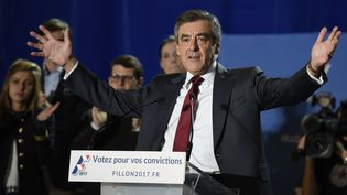 Le candidat à la primaire à droite François Fillon lors d'un meeting à Chassieu, près de Lyon, le 22 novembre 2016. (JEAN-PHILIPPE KSIAZEK / AFP)