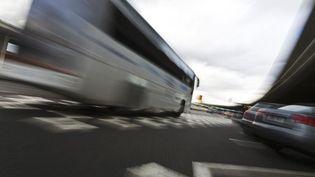 Un bus devant l'aéroport Charles-de-Gaulle, à Roissy (Val-d'Oise), en 2010. (PHOTOALTO / AFP)