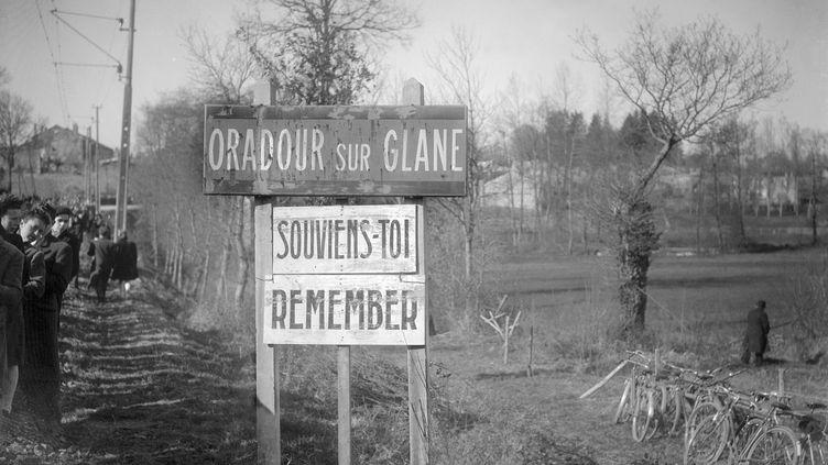 Panneau à l'entrée d'Oradour-sur-Glane (Haute-Vienne). (- / AFP)