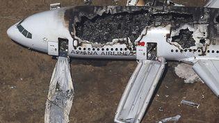 Vue aérienne du Boeing 777 d'Asiana Airlines après son crash sur l'aéroport de San Francisco (Californie), le 6 juillet 2013. (JED JACOBSOHN / REUTERS)