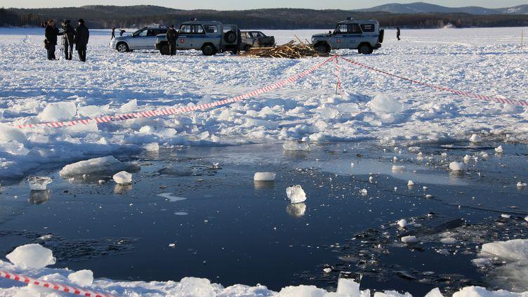 Des scientifiques de l'université de l'Oural disent avoir retrouvé une cinquantaine de fragments de météorite près du lac deTchebarkoul (Russie). (RIA NOVOSTI / AFP)