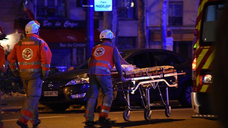 Ambulances et policiers arrivent au Bataclan après les attentats qui ont fait 130 morts, le 13 novembre 2015 à Paris. (CITIZENSIDE/BANGALY TOURE / AFP)