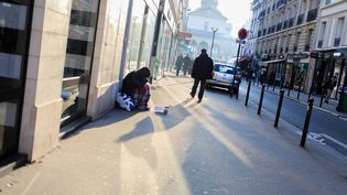 Unhomme fait la manche à Paris, le 20 janvier 2016. (MAXPPP)