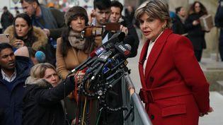 L'avocate américaine Gloria Allred, qui représente Miriam Haleyi et Anabella Sciorra dans le procès d'Harvey Weinstein, répond aux questions de la presse à la sortie de la Cour suprême de New York, à Manhattan (Etats-Unis), le 23 janvier 2020. (TIMOTHY A. CLARY / AFP)