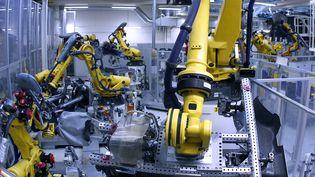 Des robots dans une usine d'assemblage d'automobiles. (RONNY HARTMANN / AFP)