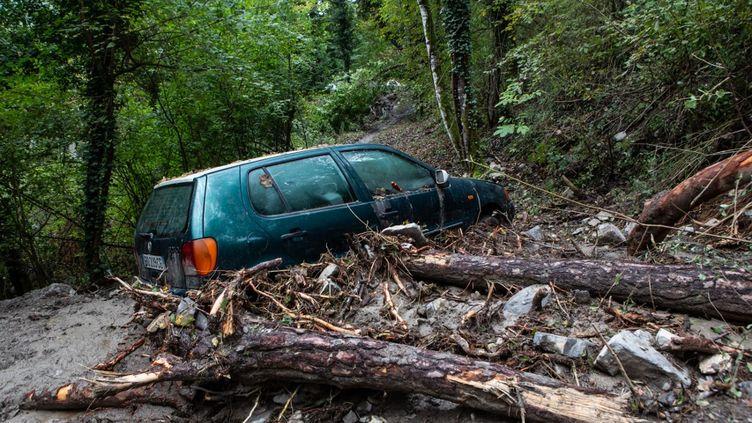 A Clans (Alpes-Maritimes), le passage de la tempête Alex a coupé les routes, lundi 5 octobre 2020. (CAMY VERRIER / HANS LUCAS / AFP)