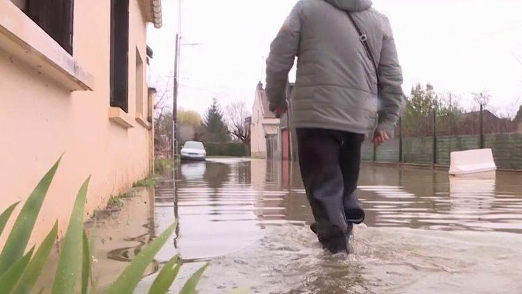 Après un automne et un hiver pluvieux, les rivières débordent un peu partout. Six départements sont placés en alerte inondation. Dans l'Oise, certains habitants ont les pieds dans l'eau depuis plusieurs semaines et cela pèse sur le moral des habitants. (France 3)