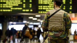 Des militaires patrouillent dans la gare de Bruxelles, mercredi 18 novembre 2015. (DIRK WAEM / BELGA MAG / AFP)