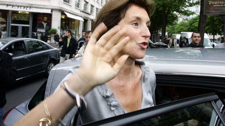 Cécilia Sarkozy à la sortie du Fouquet's (Paris), au lendemain de l'élection de Nicolas Sarkozy, le 7 mai 2007. (ERIC GAILLARD / REUTERS)