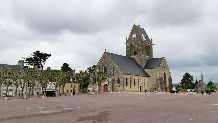 La place de Sainte-Mère-Église (Manche) le 5 juin 2020 habituellement envahie par la foule à l'approche des commémorations du 6 juin. (BENJAMIN  ILLY / RADIO FRANCE)