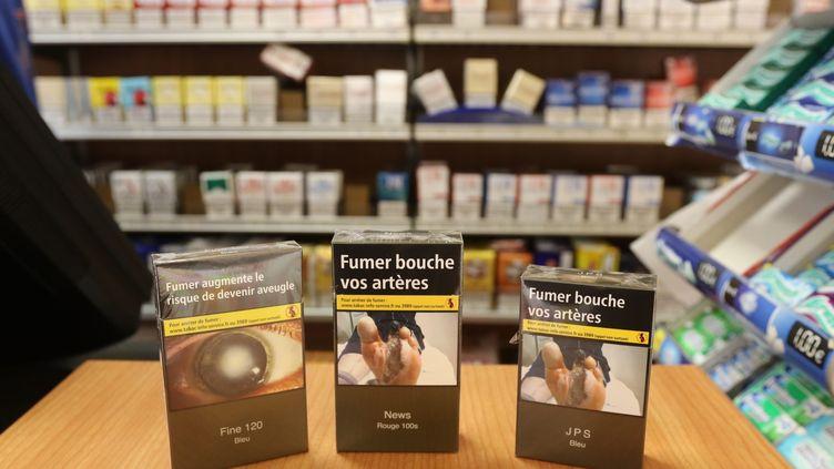 Les paquets de cigarettes neutres arrivent chez les buralistes (FRED HASLIN / MAXPPP)