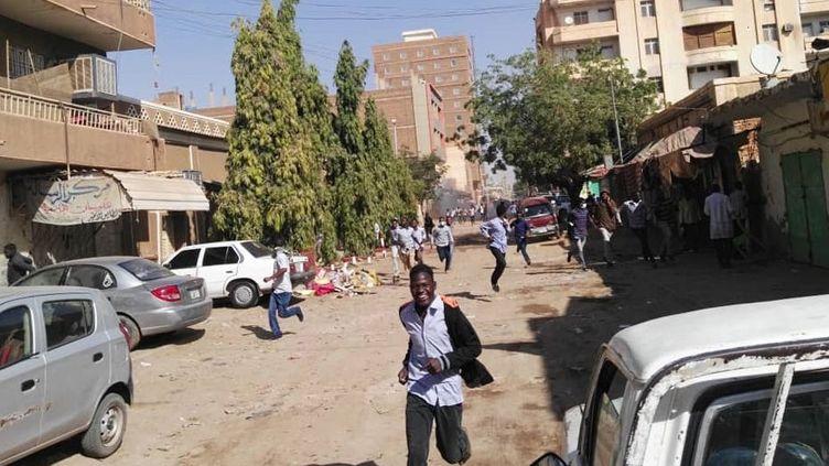 Un manifestant soudanais court pour échapper aux gaz lacrymogènes lors d'une manifestation à Karthoum le 31 décembre 2018. (PHILIPPE HUGUEN / AFP)
