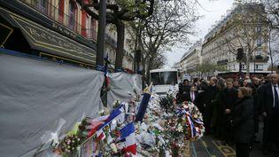La présidente du Chili Michele Bachelet rend hommage aux victimes de la salle de concert du Bataclan un mémorial de fortune devant la salle, le 29 novembre 2015 à Paris. (MATTHIEU ALEXANDRE / AFP)