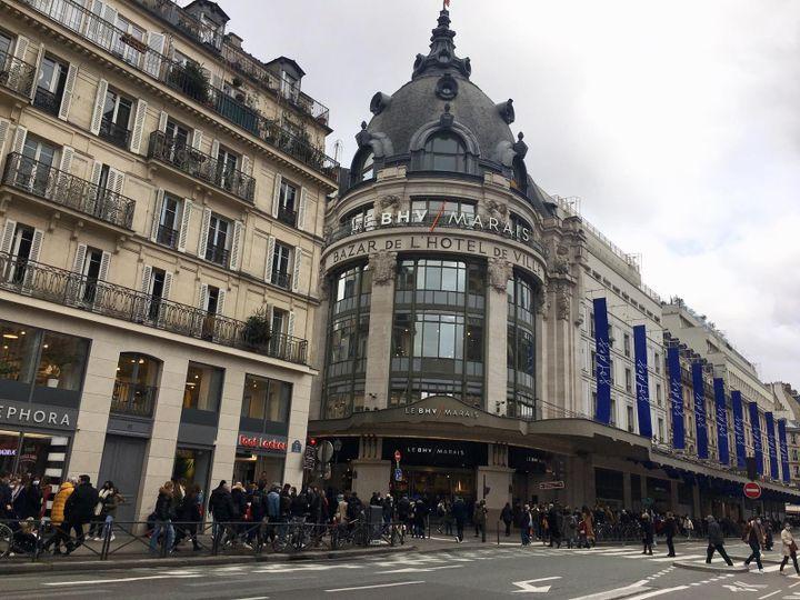 Dans le quartier du BHV Marais, de nombreux petits commerces profitent des clients du grand magasin. (MARGAUX CAROFF / RADIO FRANCE)