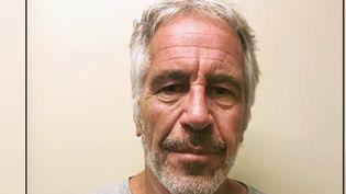 Après le suicide de Jeffrey Epstein samedi 10 août, certainspolitiques s'interrogent sur les circonstances de sa mort. Le milliardaire incarcéré risquait quarante-cinq ans de prison pour trafic de mineures. (FRANCE 2)