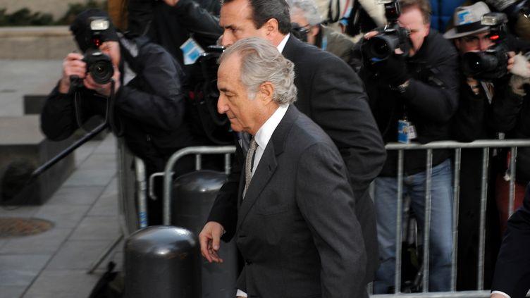 Le financier Bernard Madoff à son arrivée au tribunal fédéral de New-York (Etats-Unis) le 12 mars 2009. (STAN HONDA / AFP)