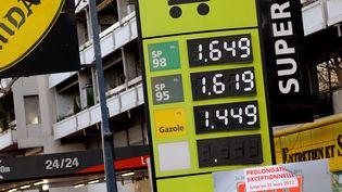 Une station essence à Marseille, dans les Bouches-du-Rhône, le 14 février 2012. (Photo d'illustration) (MAXPPP)