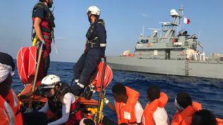 Des migrants sauvés par les secours du navire Ocean Viking, le 23 août 2019. (ANNE CHAON / AFP)