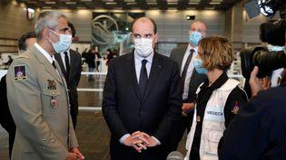 Jean Castex visite le vaccinodrome de la porte de Versailles, à Paris, le 15 mai 2021. (GEOFFROY VAN DER HASSELT / AFP)
