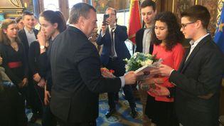 Le maire d'Orléans Olivier Carré en présence de Mathilde Edey Gamassou, la future Jeanne d'Arc. (FRANCOIS-PIERRE NOEL / RADIO FRANCE)