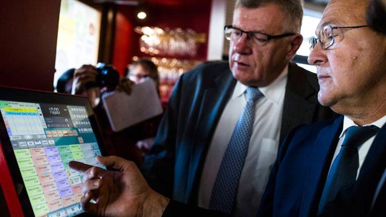 (Le ministre des Finances, Michel Sapin, a présenté le dispositif jeudi matin dans un restaurant parisien © MaxPPP)