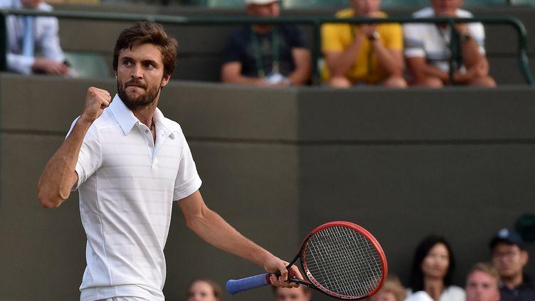 Le Français Gilles Simon lors du match contre son compatriote Gaël Monfils à Wimbledon (Royaume-Uni), le 4 juillet 2015. (GLYN KIRK / AFP)