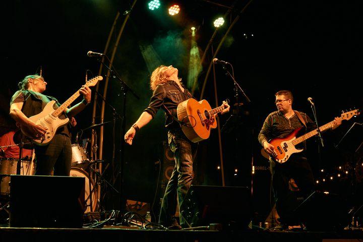 Mister Goodfaith et ses musiciens sur scène (Stéphane Synnett)