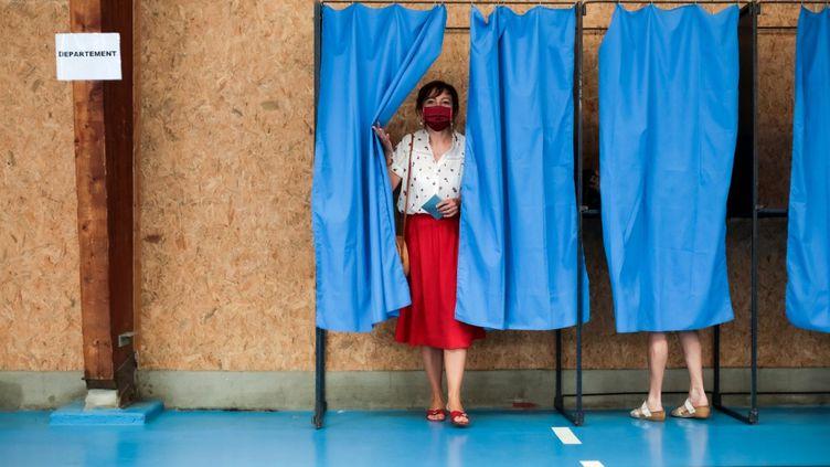 La présidente socialiste d'Occitanie, Carole Delga, à l'issue de son vote lors du premier tour des élections régionales, le 20 juin 2021 à Martres-Tolosane (Haute-Garonne). (MATTHIEU RONDEL / HANS LUCAS)
