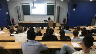 Une centaine d'étudiants en 6e année de médecine faisait leur prérentrée à l'université de Reims, jeudi 27 août 2020. (MARIE MAHEUX / RADIOFRANCE)