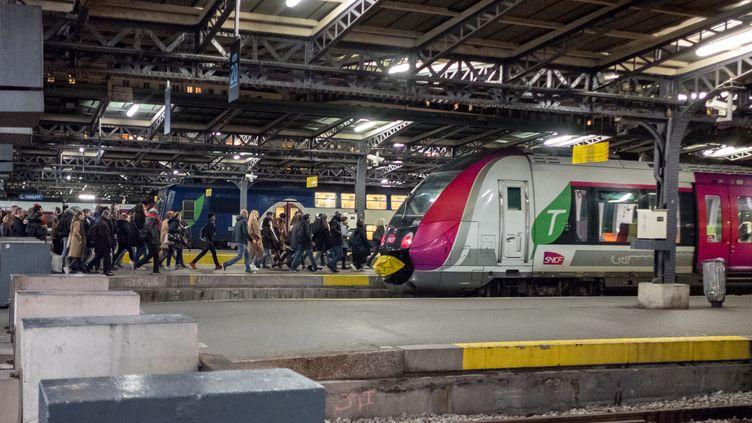 Des voyageurs s'apprêtent à prendre un Transilien, à la gare de l'Est, à Paris, le 17 décembre 2019. (SEVERINE CARREAU / HANS LUCAS / AFP)