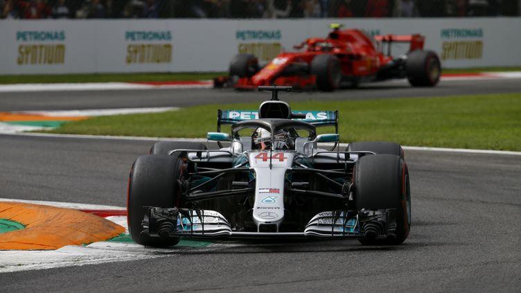 Lewis Hamilton (Mercedes) devant une Ferrari à Monza (DPPI / DPPI MEDIA)