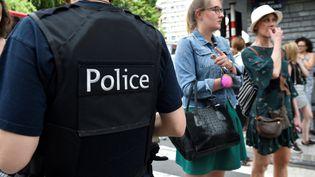 Un policier sécurise le quartier de Liège où un homme a tué trois personnes mardi 29 mai. (JOHN THYS / AFP)
