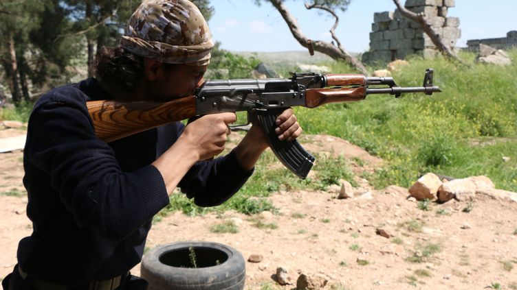 Un combattant rebel de l'Armée syrienne libre, le 4 mai 2015. (BARAA AL-HALABI / AFP)