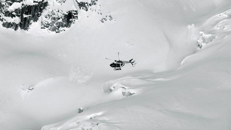 Un hélicoptère du PGHM survole la Vallée blanche dans le Massif du Mon Blanc en mars 2010. (PHILIPPE DESMAZES / AFP)