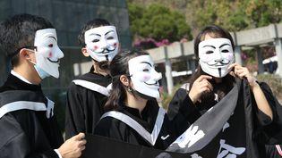 Des étudiants assistent, masqués, à leur remise des diplômes à Hong Kong, le 7 novembre 2019. (EYEPRESS NEWS / AFP)